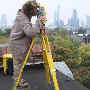 Vermessung auf den Dächern Frankfurts durch Post-Gärtner